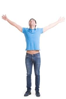 Jonge gelukkig man in casuals met opgeheven handen omhoog en opzoeken