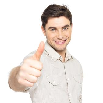 Jonge gelukkig man met duimen omhoog teken in casuals geïsoleerd op een witte achtergrond.