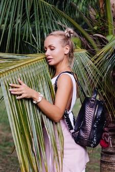 Jonge gelukkig stijlvolle vrouw reizen poseren in de natuur