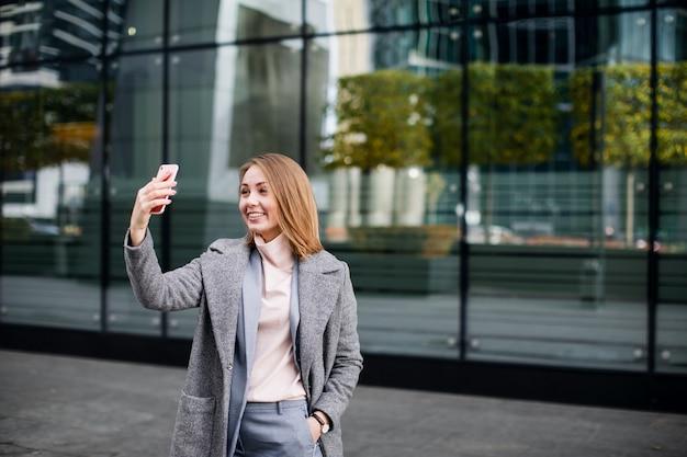 Jonge gelukkig zakenvrouw met behulp van video-oproep