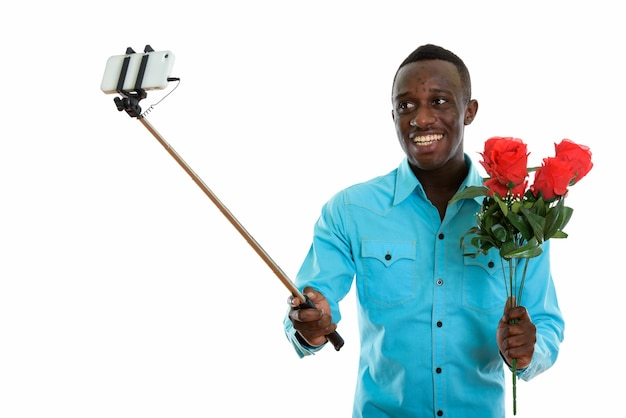 Jonge gelukkig zwarte afrikaanse man glimlachend en houden boeket van opwekkingen