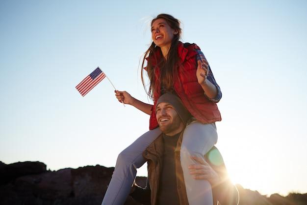 Jonge gelukkige amerikanen op wandeling