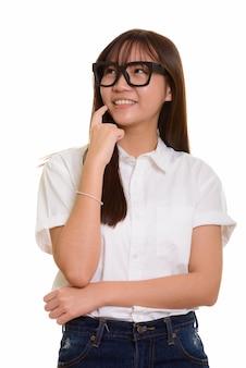 Jonge gelukkige aziatische en tienermeisje glimlachen denken