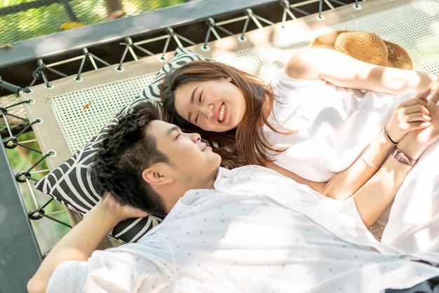 Jonge gelukkige aziatische paar verliefd op wieg balkon
