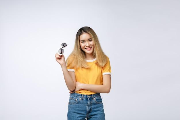 Jonge gelukkige aziatische vrouw die lacht