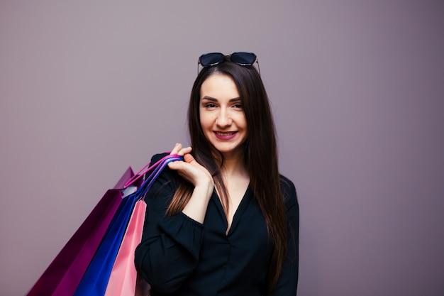 Jonge gelukkige de zomer winkelende vrouw met het winkelen zakken die op oppervlakte wordt geïsoleerd