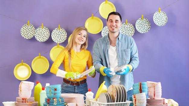 Jonge gelukkige familie werkt graag samen in de keuken. zelfisolatie door de coronavirus pandemie