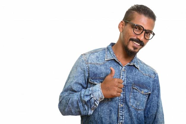 Jonge gelukkige indische mens die geïsoleerde duim opgeeft