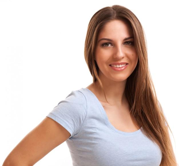 Jonge gelukkige kaukasische geïsoleerde vrouw