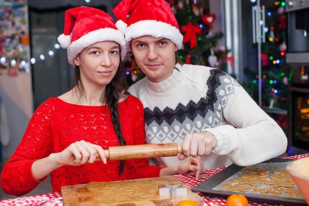 Jonge gelukkige kerstmiscakes van het paarbaksel