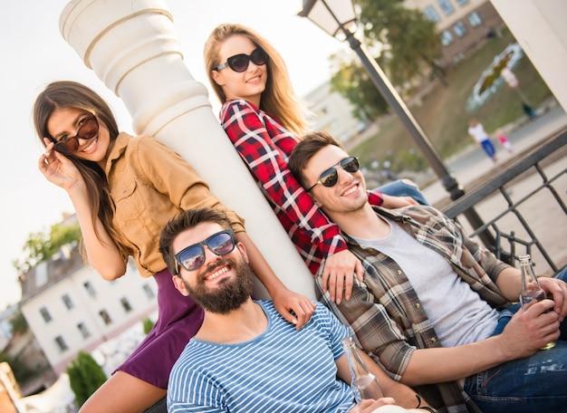 Jonge gelukkige mensen buiten lopen. lach samen.