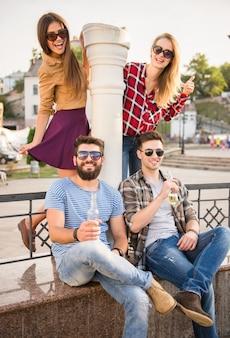 Jonge gelukkige mensen buiten lopen