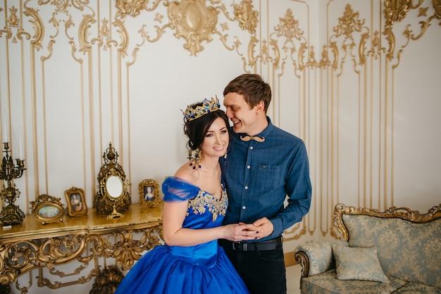 Jonge gelukkige paar in koninklijke interieur