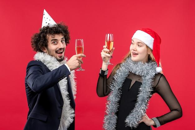 Jonge gelukkige paar nieuwjaar vakantie vieren kerst liefde