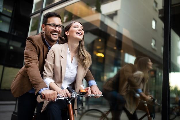 Jonge gelukkige paar plezier in de stad en fietsen