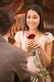 Jonge gelukkige paar romantische datum bij restaurant.