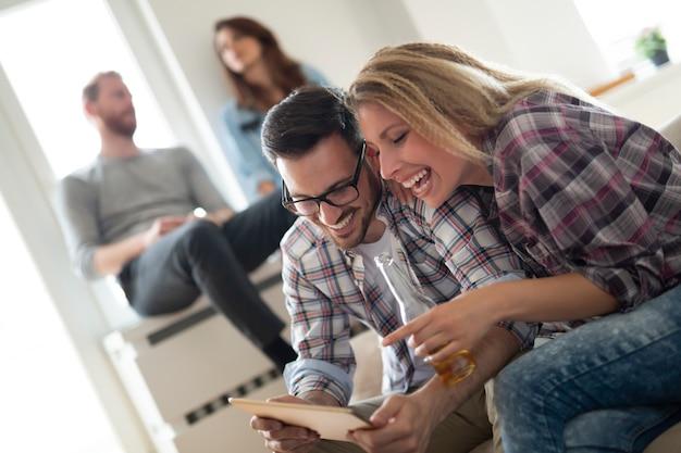 Jonge gelukkige paar thuis websurfen op internet