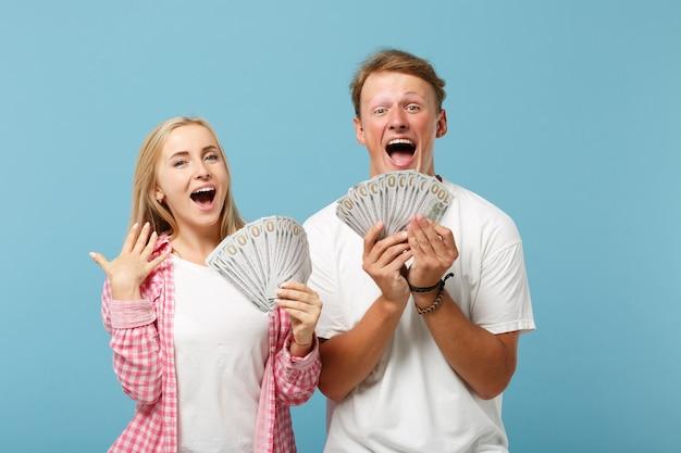 Jonge gelukkige paar twee vrienden man en vrouw in wit roze t-shirts poseren