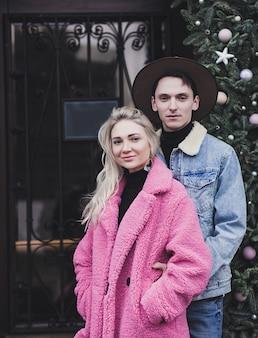 Jonge gelukkige paar verliefd knuffelen in de straten van de stad op valentijn