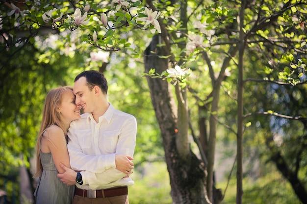Jonge gelukkige paar verliefd knuffelen op een picknick
