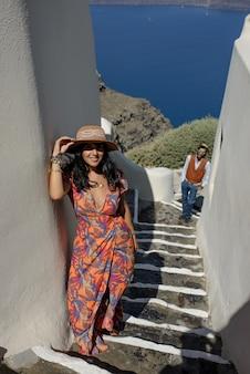 Jonge gelukkige paarman en vrouw bij een griekse kerk in oia thira cyalides santorini griekenland