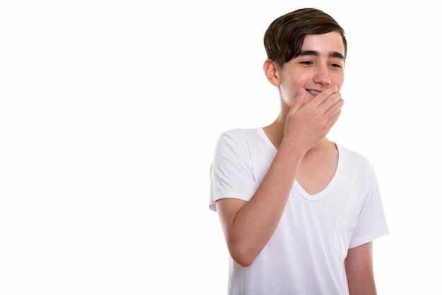 Jonge gelukkige perzische tiener lachend met giechelen