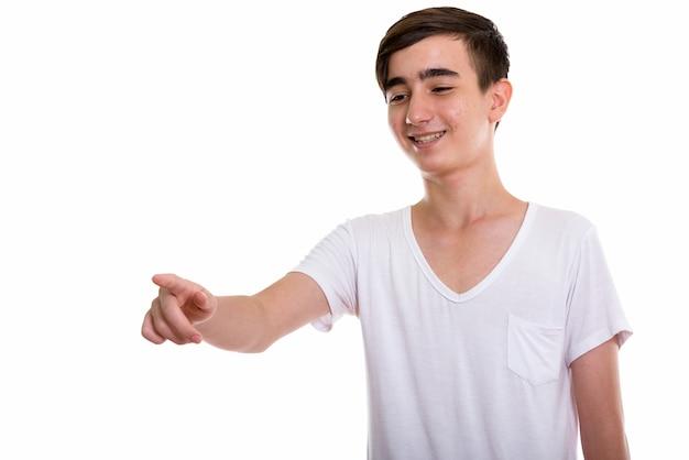 Jonge gelukkige perzische tiener lacht en lacht