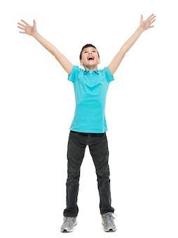 Jonge gelukkige tienerjongen met in casuals met opgeheven handen omhoog geïsoleerd op wit.
