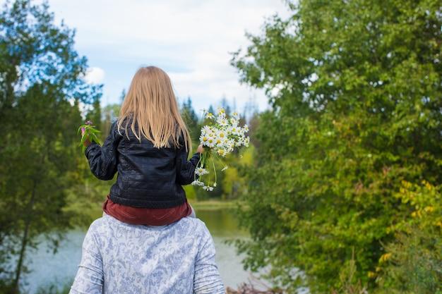 Jonge gelukkige vader met dochter in het park
