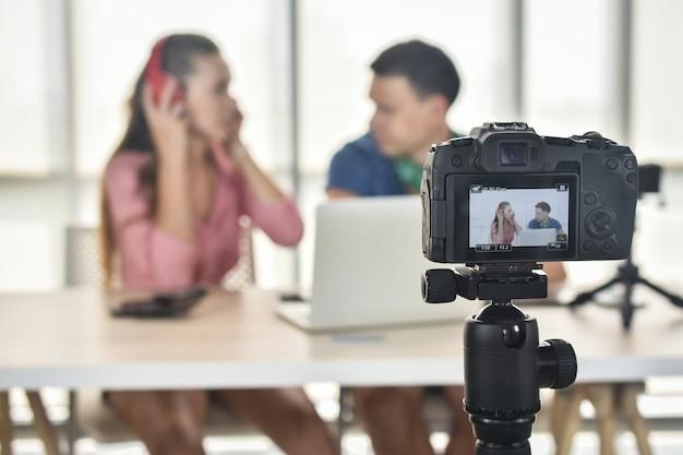 Jonge gelukkige vrienden die inhoud op streaming platform delen