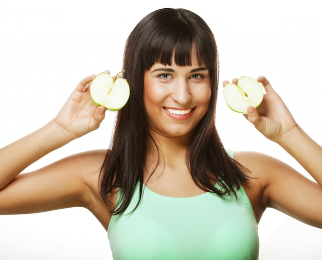 Jonge gelukkige vrouw die groene appelen houdt