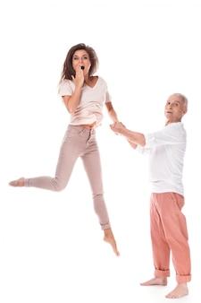 Jonge gelukkige vrouw en haar bejaarde vader