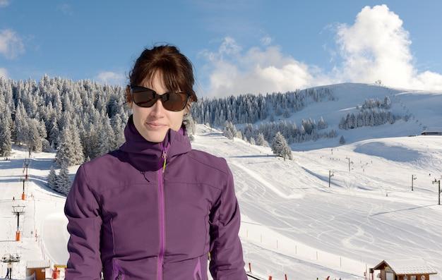 Jonge gelukkige vrouw in de winter skiën