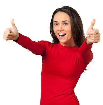 Jonge gelukkige vrouw in rode jurk duimen opdagen