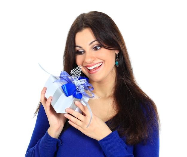 Jonge gelukkige vrouw met een cadeau