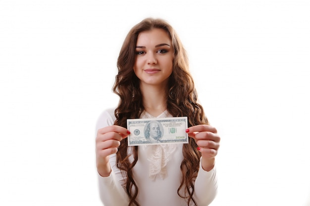 Jonge gelukkige vrouw met in hand dollars. geïsoleerd.