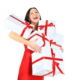 Jonge gelukkige vrouw met kerstmisgiften
