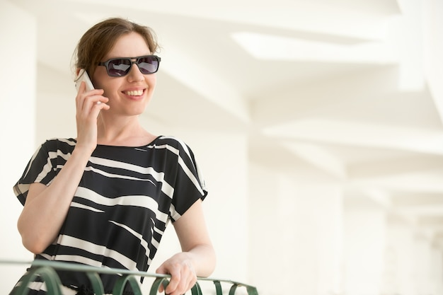 Jonge gelukkige vrouw op de telefoon
