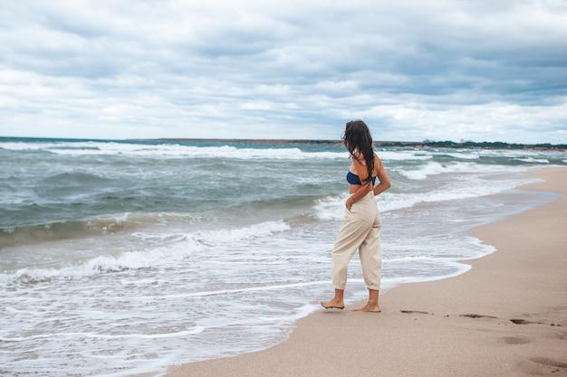 Jonge gelukkige vrouw op het strand