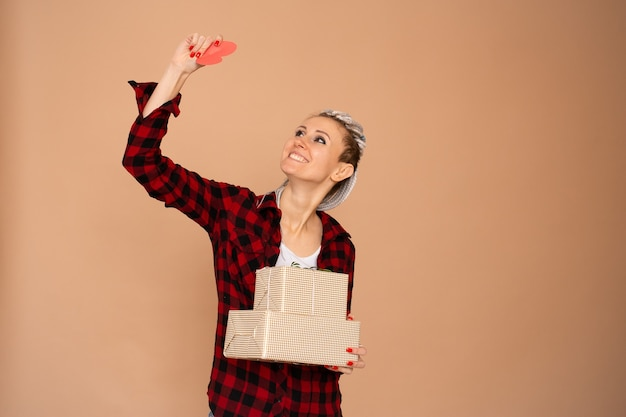 Jonge gelukkige vrouw op zoek op rood hart valentijn, cadeau voor valentijnsdag