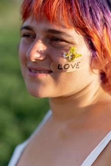 Jonge gelukkige vrouw poseren met bloemen