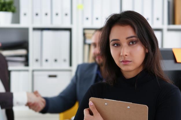 Jonge gelukkige zakenlieden hebben vergadering in bureau kwesties bespreken