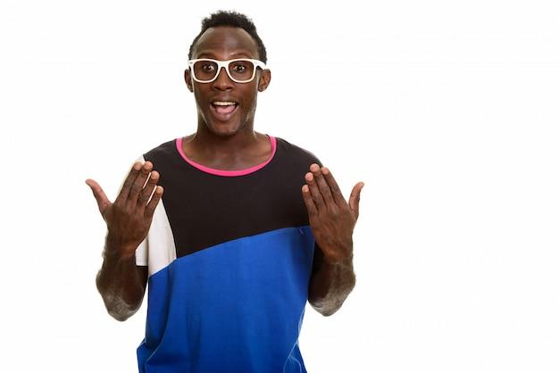 Jonge gelukkige zwarte afrikaanse en mens die verrast glimlachen kijken