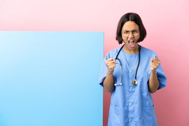 Jonge gemengd ras chirurg vrouw met een grote banner over geïsoleerde achtergrond gefrustreerd door een slechte situatie