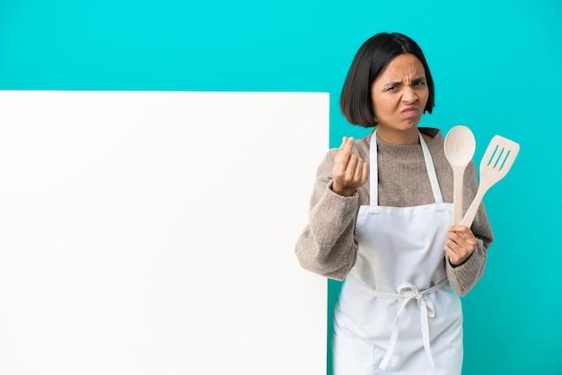 Jonge gemengd ras kok vrouw met een groot bord geïsoleerd op blauwe achtergrond italiaans gebaar maken