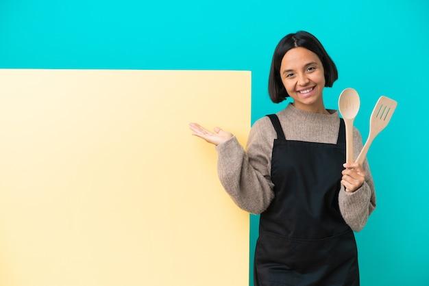 Jonge gemengd ras kok vrouw met een groot bord geïsoleerd