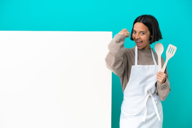 Jonge gemengd ras kok vrouw met een groot bordje geïsoleerd op blauwe achtergrond sterk gebaar doen