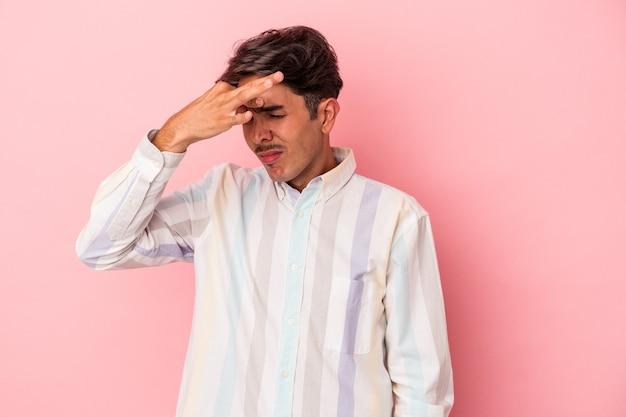 Jonge gemengd ras man geïsoleerd op een witte achtergrond met een hoofdpijn, voorkant van het gezicht aan te raken.