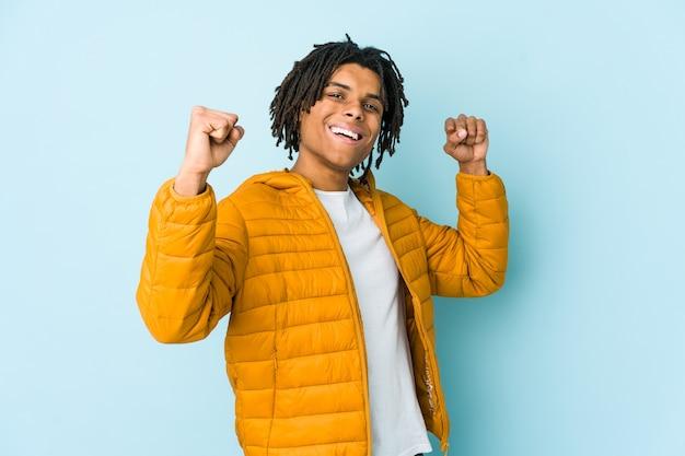 Jonge gemengd ras man onbezorgd en opgewonden juichen