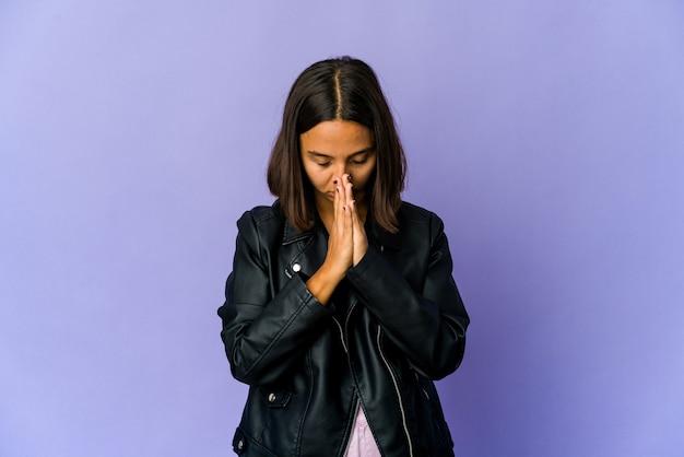 Jonge gemengd ras vrouw bidden, toewijding, religieuze persoon op zoek naar goddelijke inspiratie. Premium Foto